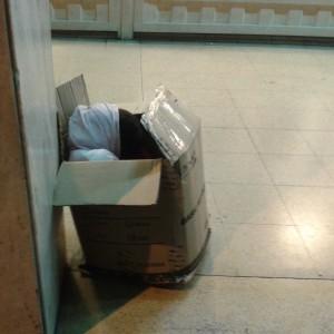 Niña durmiendo en una caja en pleno Centro Histórico de Asunción